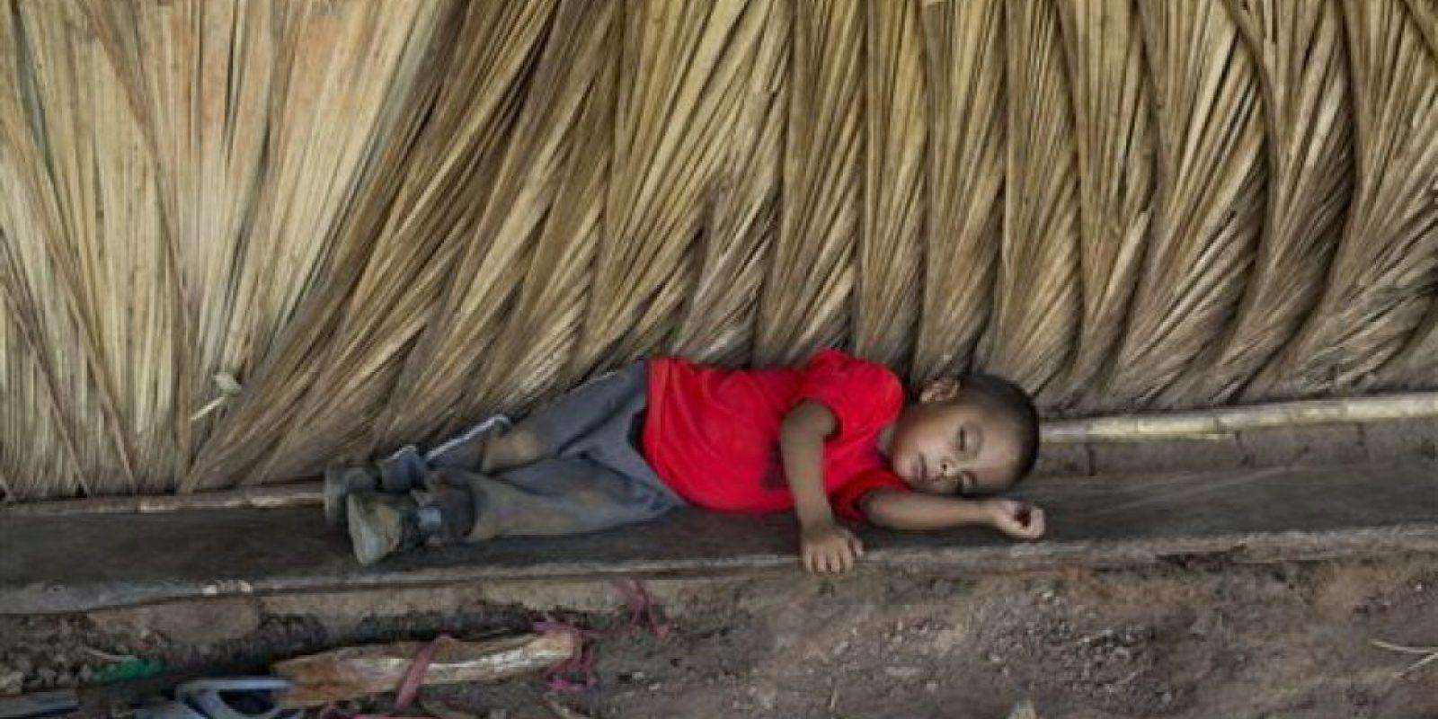 Giovani Martínez descansa en una banca improvisada afuera de su casa en la aldea de Caparrosa, en el estado oriental Chiquimula en Guatemala. Foto:AP/ Archivo
