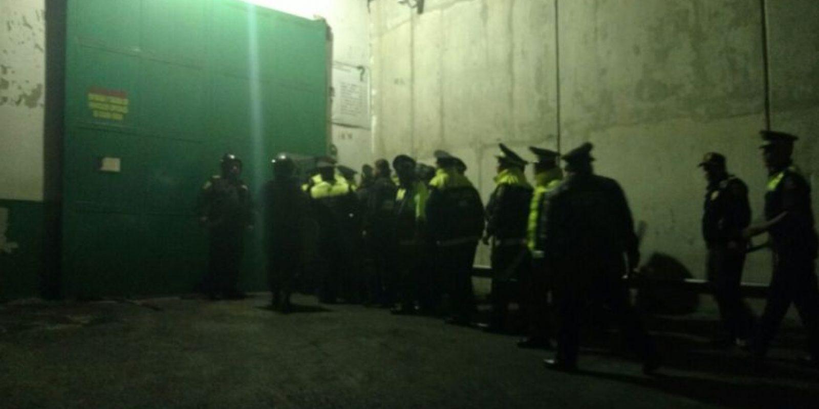 Personal de bomberos ya entraron al reclusorio. Foto:Especial