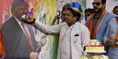 Miembros del grupo ultraderechista Hindu Sena, celebran el cumpleaños del candidato republicano a la presidencia de EU con rituales y una imagen de Trump a la cual ofrecían pastel. Foto:AP/ Archivo