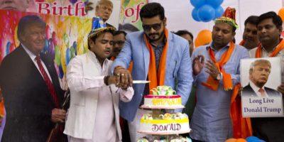 El presidente de la formación de utraderecha, Vishnu Gupta, hizó de anfitrión en el cumpleaños cortando un pastel. Foto:AP/ Archivo