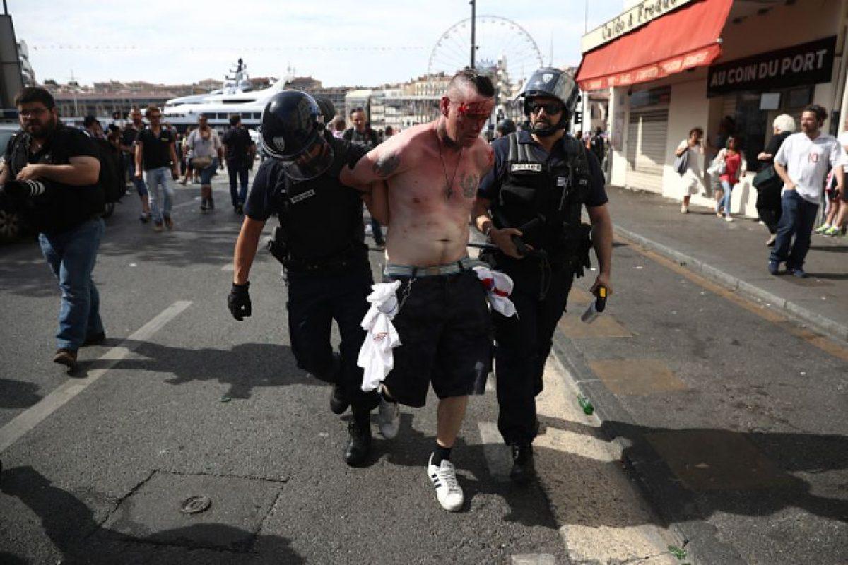 El violento inicio de la Eurocopa ya suma 68 heridos, uno de ellos en estado crítico, y 2 ingleses presos, quienes estarán dos y tres meses en esa condición Foto:Getty Images