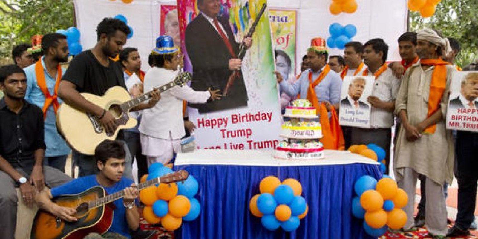 """Miembros del grupo ultraderechista """"Hindu Sena"""", celebraron el cumpleaños del candidato republicano a la presidencia de EU con pastel, musica, globos y ritos. Un mes antes miembros del mismo grupose reunieron para contactar a sus dioses con el fin de ayudar al candidato. Foto:AP/ Archivo"""