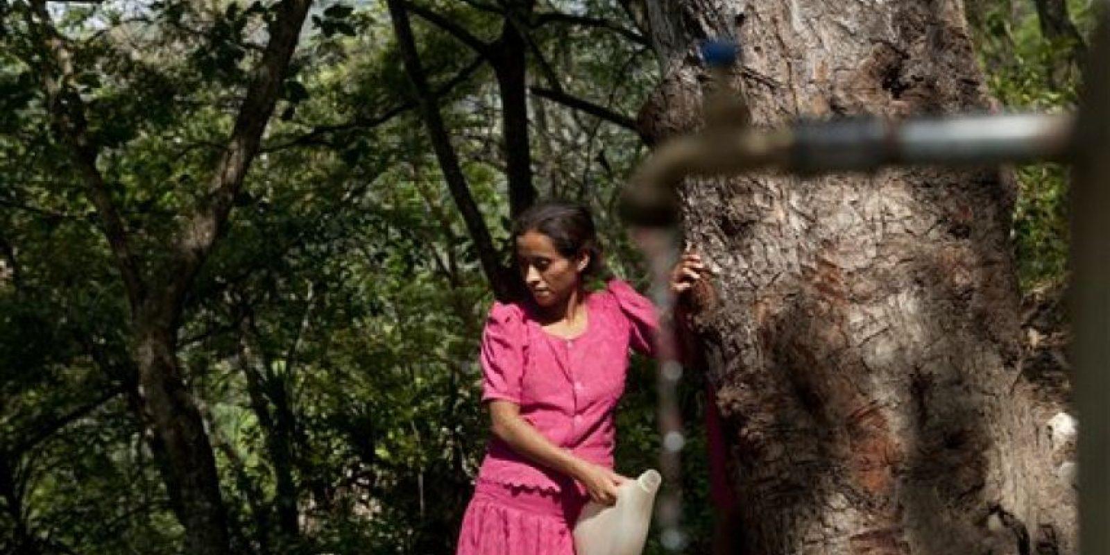 """""""Caminamos todos los días tres horas para recolectar agua; después salimos a buscar algo de leña"""", dijo Elda Pérez Recinos. Foto:AP/ Archivo"""