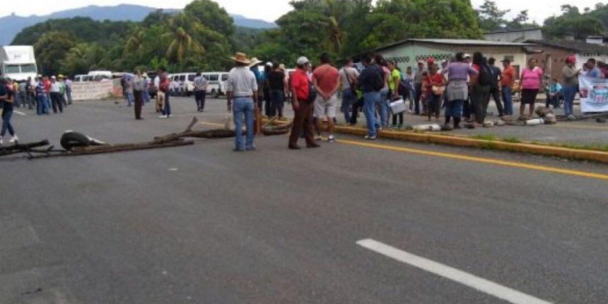 Oaxaca: Sección 22 quema uniformes de gendarmes