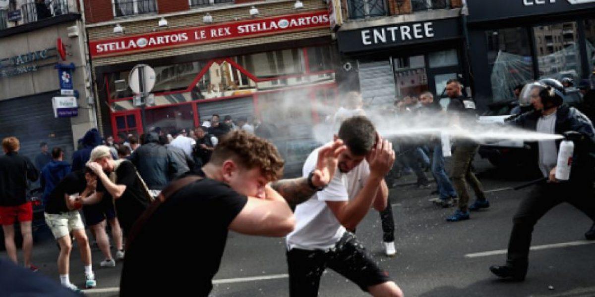Policía responde agresiones de ingleses con gas lacrimógeno