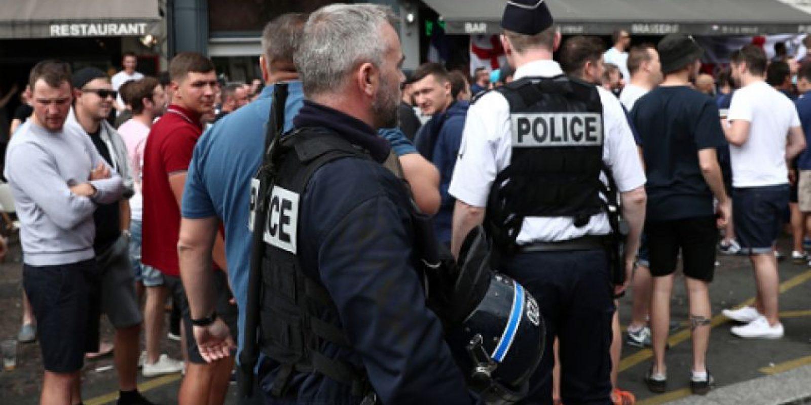 Policías interceptan a ingleses con gas lacrimógeno Foto:Getty Images