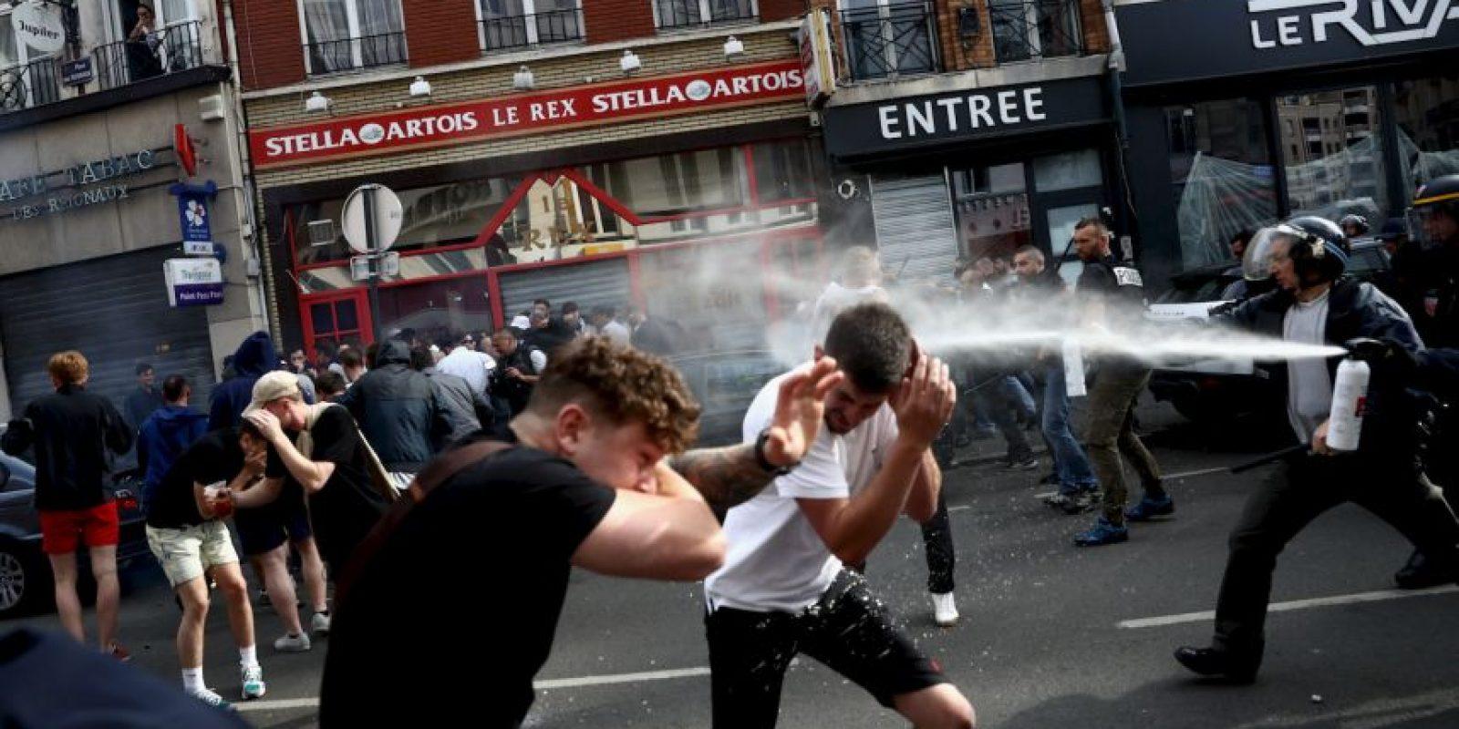 La policía ya tuvo que utilizar gases lacrimógenos para calmar los ánimos en la ciudad donde Inglaterra enfrentará a Gales Foto:Getty Images