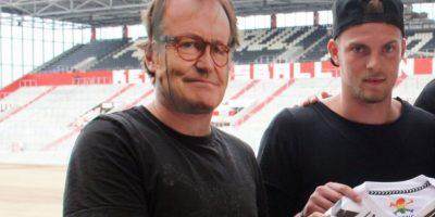 El DT Ewald Lienen no estaba en Alemania y decidieron 'reemplazarlo' con una máscara Foto:Twitter St Pauli
