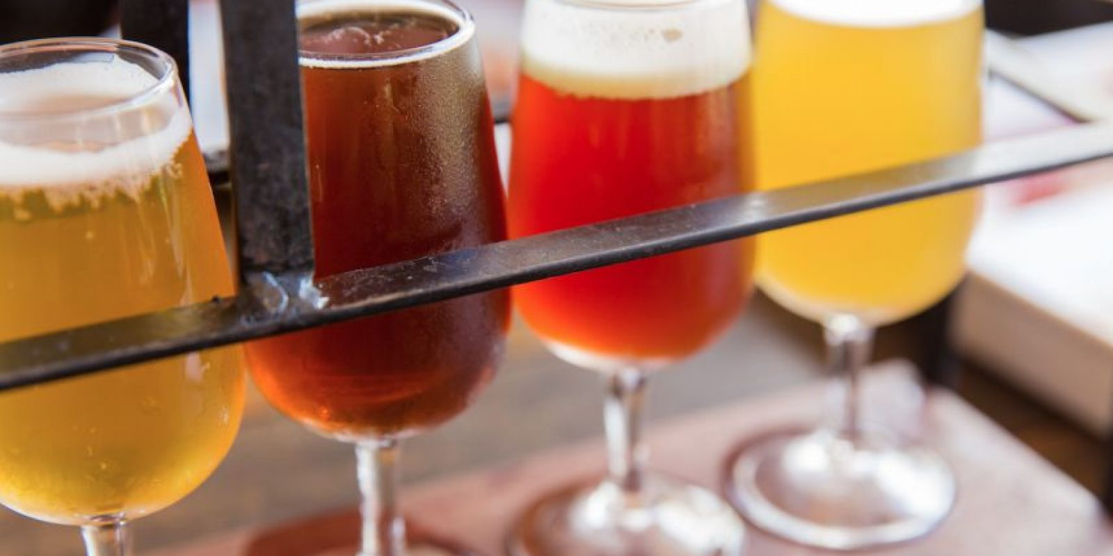 Los colores de las cervezas pueden ser engañosos; no todas las chelas oscuras son fuertes Foto:Dreamstime