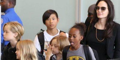Angeline Jolie y sus hijos tomando un vuelo comercial Foto:The Grosby Group
