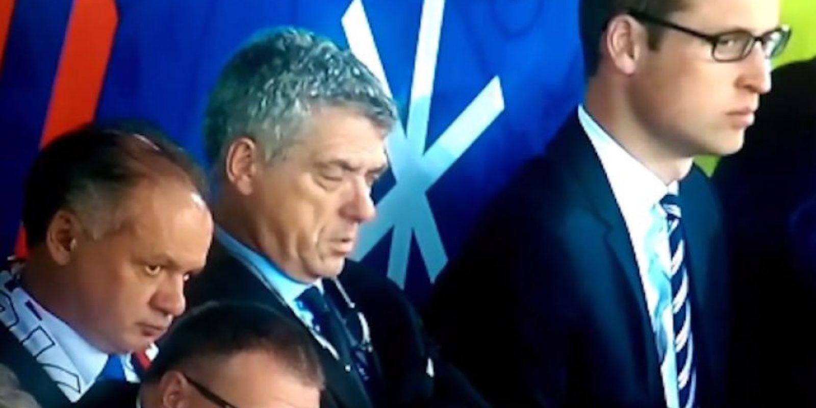 Ángel María Villar pareció aburrido mientras los ingleses y eslovacos igualaron a cero goles. Foto:Captura de pantalla