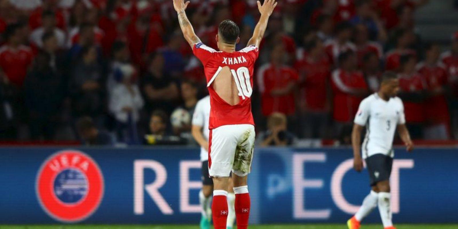 Las camisetas de la selección de Suiza sufrieron y hasta siete jugadores tuvieron que cambiarlas luego que se rompieran Foto:Getty images