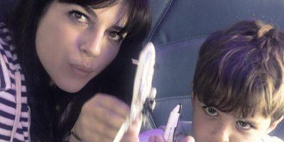 Selma con su hijo en el vuelo de ida a Cancún Foto:Instagram
