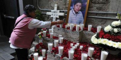 Familiares de los jóvenes que murieron en el operativo fallido colocaron ofrendas. Foto: ARMANO MONROY /CUARTOSCURO