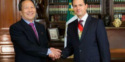 El presidente con el representante de la República Popular Democrática de Corea, Kim Hyong Gil Foto:Notimex