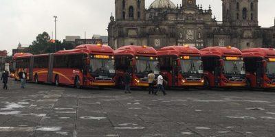 El Jefe de Gobierno del DF, Miguel Ángel Mancera, presentó los autobuses en la explanada del Zócalo capitalino Foto:Especial