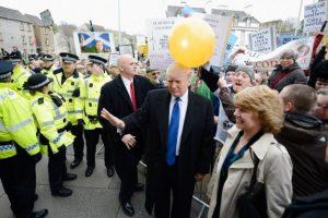 En 2012 una mujer le puso un globo en el cabello para levantarlo Foto:Getty Images