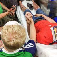 Un irlandés sostuvo la mano de un polaco que fue herido por hooligans Foto:9gag