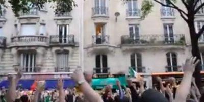 Le cantaron a un hombre que vive arriba del bar Harp y lograron que se divirtiera Foto:9gag