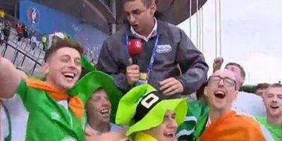 Levantaron en hombros a un reportero hungaro y le regalaron un sombrero por su profesionalismo. Foto:9gag