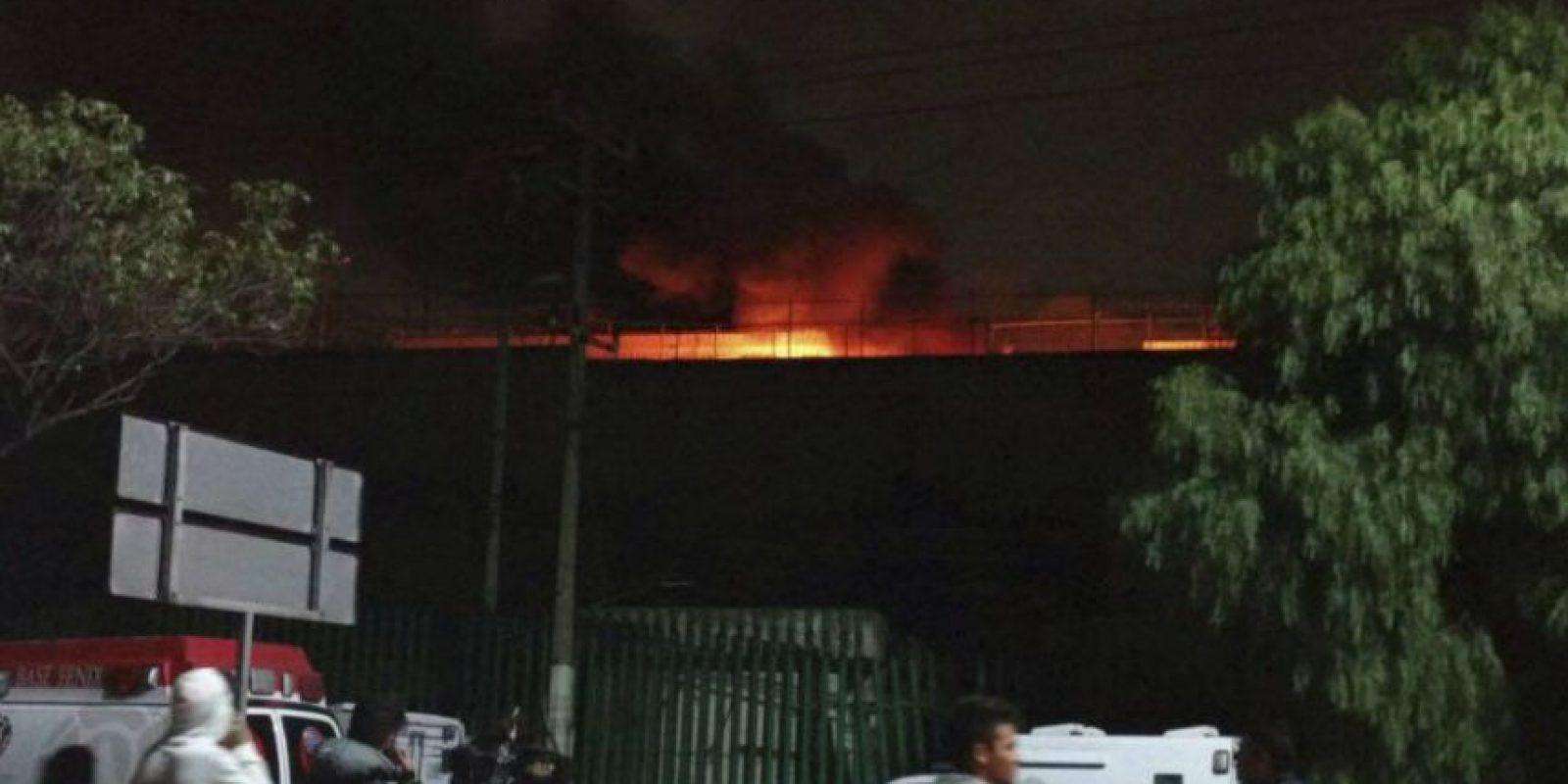 Familiares de los reos escucharon desde las puertas de entrada las explosiones producto del incendio. Foto:Cuartoscuro