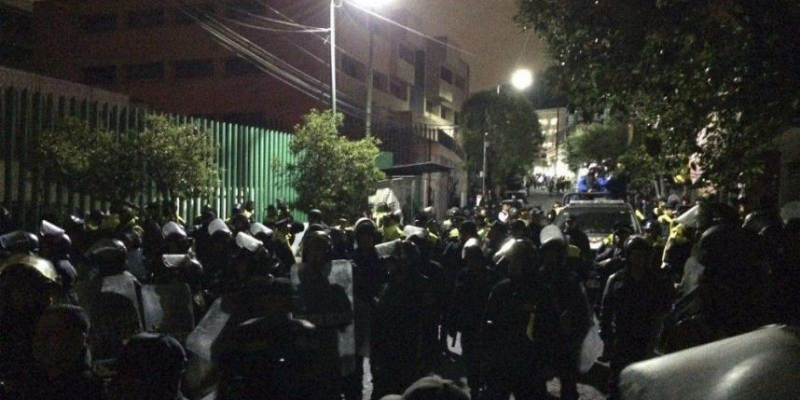 Unidades de Proteccion Civil y bomberos, así como mas de mil elementos de la Policia Estatal controlaron las instalaciones del penal. Foto:Cuartoscuro