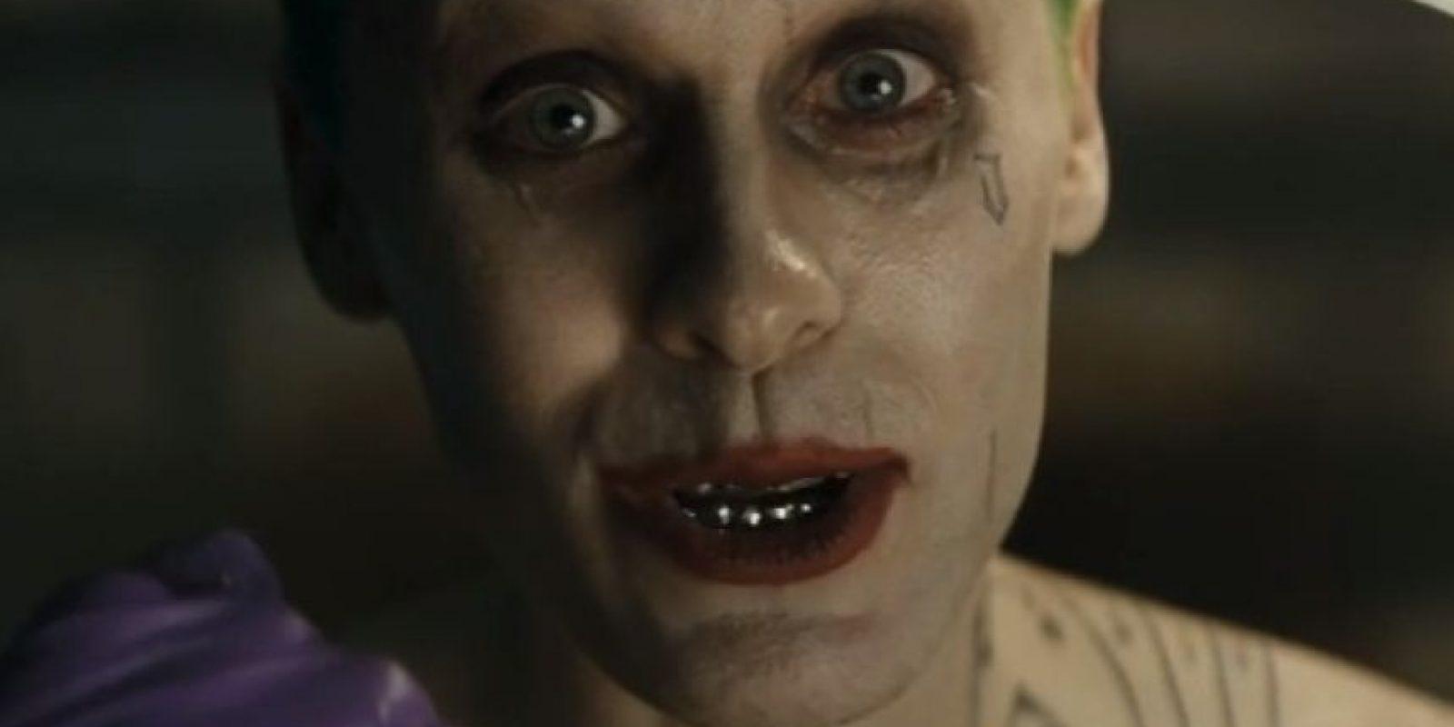 """Al igual que el fallecido Heath Ledger, quien interpretó a """"The Joker"""" en la cinta """"The Dark Knight"""", el cantante se sumergió en las excentricidades del malvado payaso. Foto:YouTube/WarnerBros"""