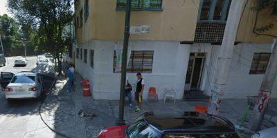 En el exterior del inmueble había gente observando los movimientos de la calle.Noviembre 2014 Foto:Google Maps