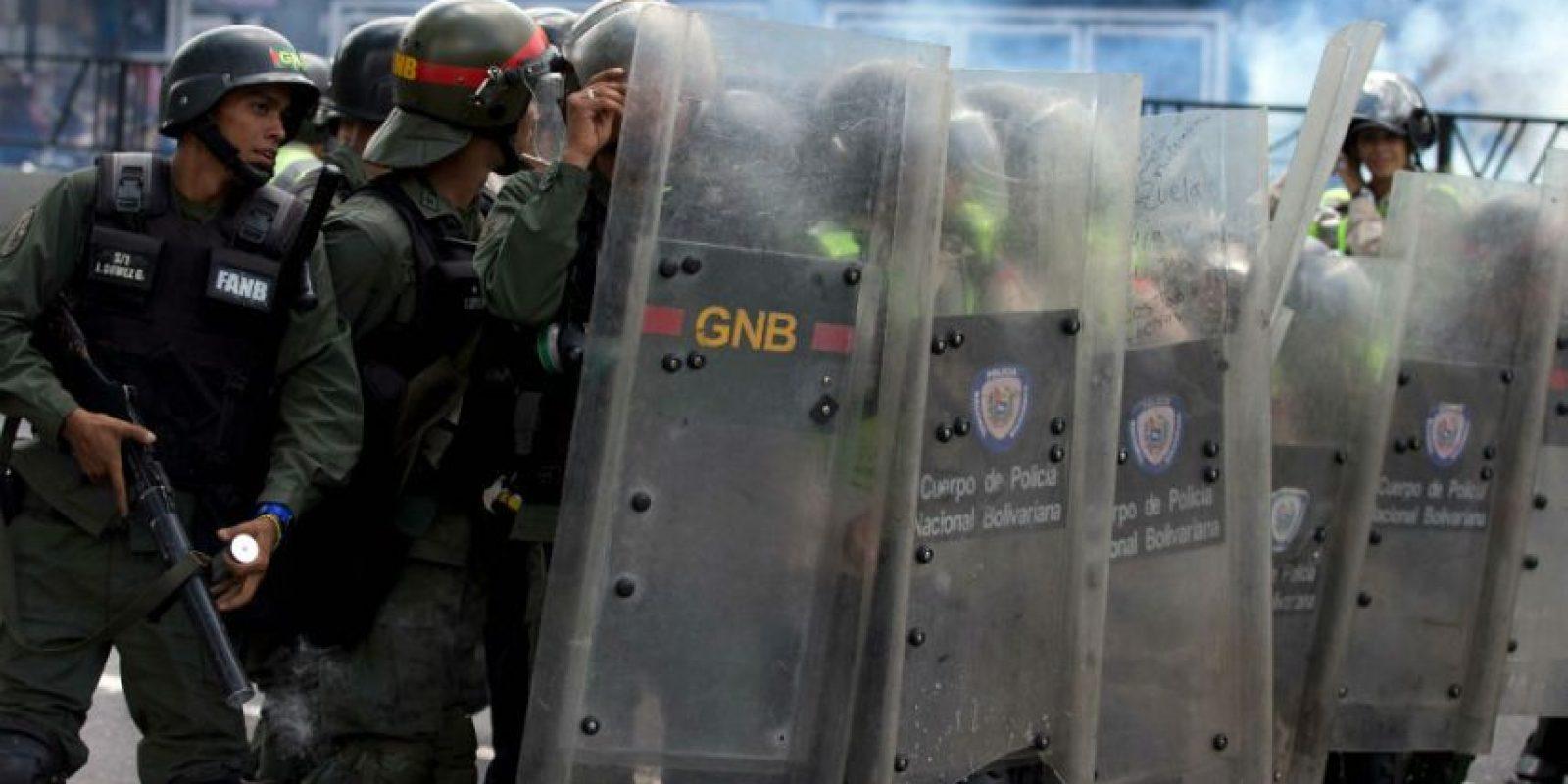 Policías lanzan gases lacrimógenos a los manifestantes cerca de una tienda de comestibles Foto:AP