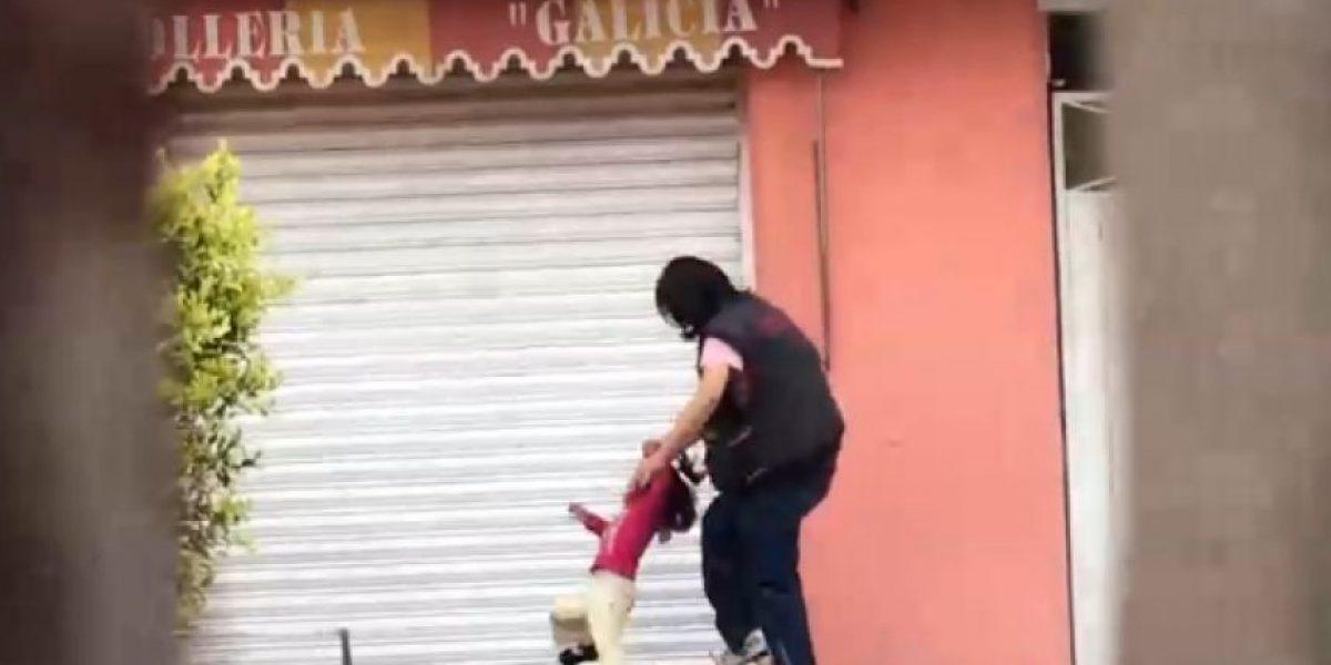 VIDEO: Exhiben a mujer pateando a niña en Coyoacán