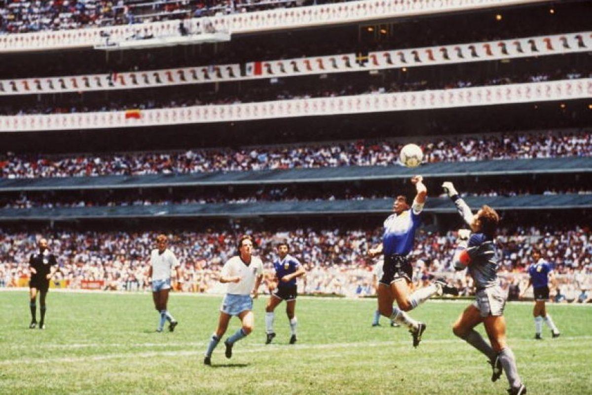 Diego Armando Maradona estuvo en el centro de la polémica por su gol con la mano a Inglaterra en el mundial de 1986, el que le permitió abrir la cuenta para la victoria por 2 a 1 que los clasificó a semifinales Foto:Getty Images