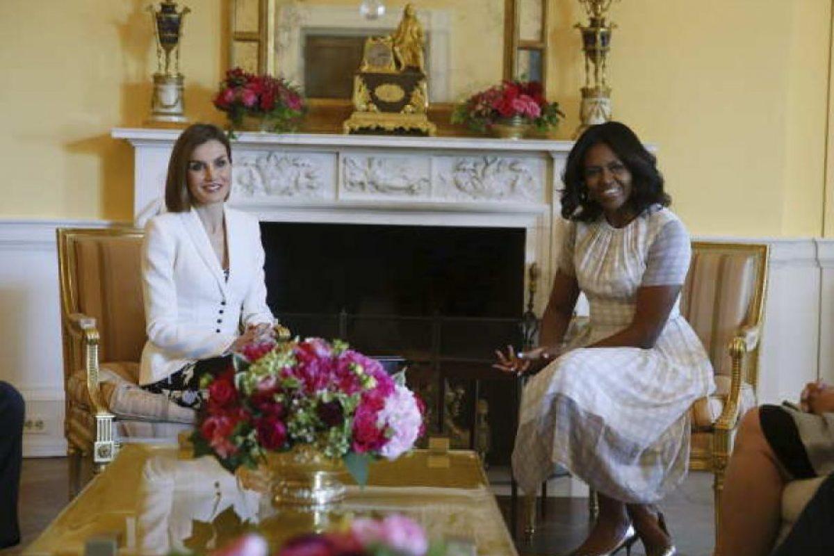 La reina Letizia y la primera dama, Michelle Obama, durante el encuentro que han mantenido hoy en la Casa Blanca, como parte del primer viaje oficial que los Reyes Felipe y Letizia realizan a Estados Unidos. Foto:EFE