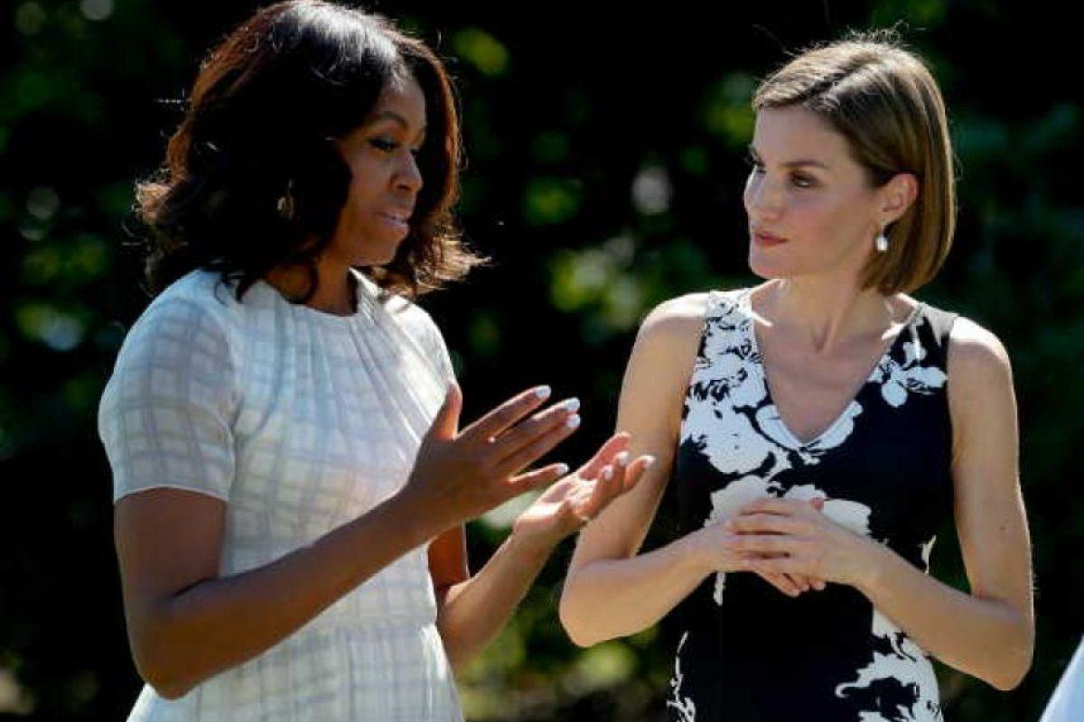 La primera dama, Michelle Obama, y la reina Letizia, se dirigen al huerto ecológico creado por la Primera Dama en la Casa Blanca para promover la alimentación saludable, en el marco del primer viaje oficial que los Reyes Felipe y Letizia realizan a Estados Unidos. Foto:EFE