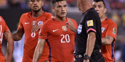 El árbitro brasileño tuvo un show aparte en el partido entre Argentina y Chile Foto:AFP