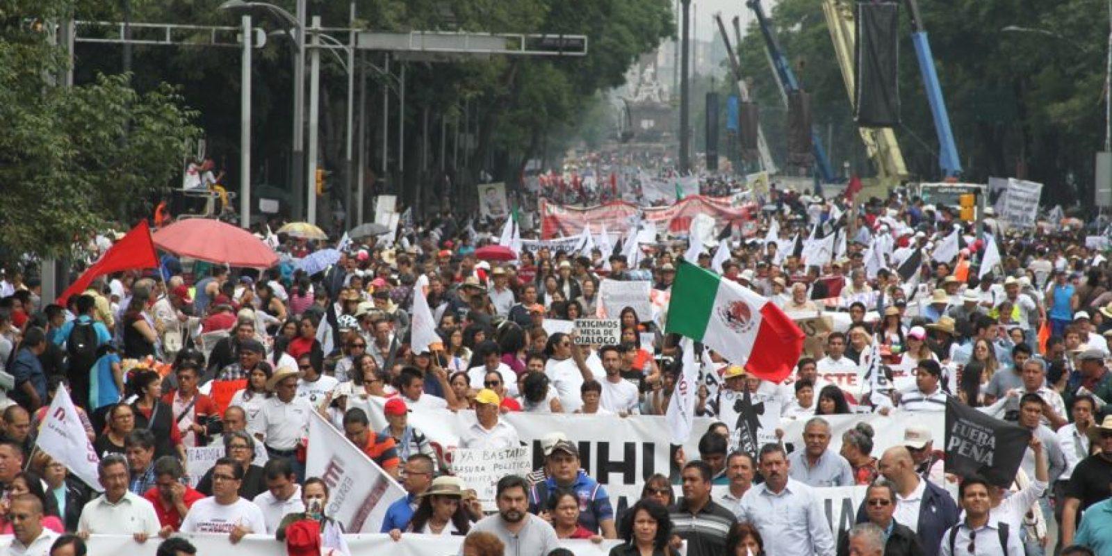 El contingente estuvo integrado por militantes de Morena y maestros de la CNTE Foto:Nicolás Corte