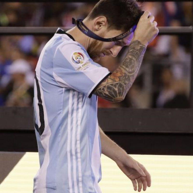 Messi llora desconsolado por la derrota de Argentina Foto:AP