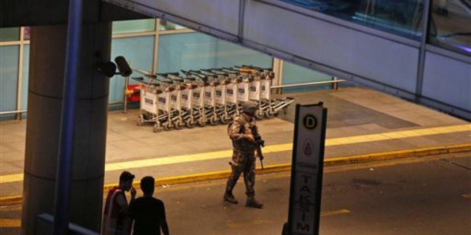 El ataque sucedió en la zona de llegadas internacionales Foto:AP