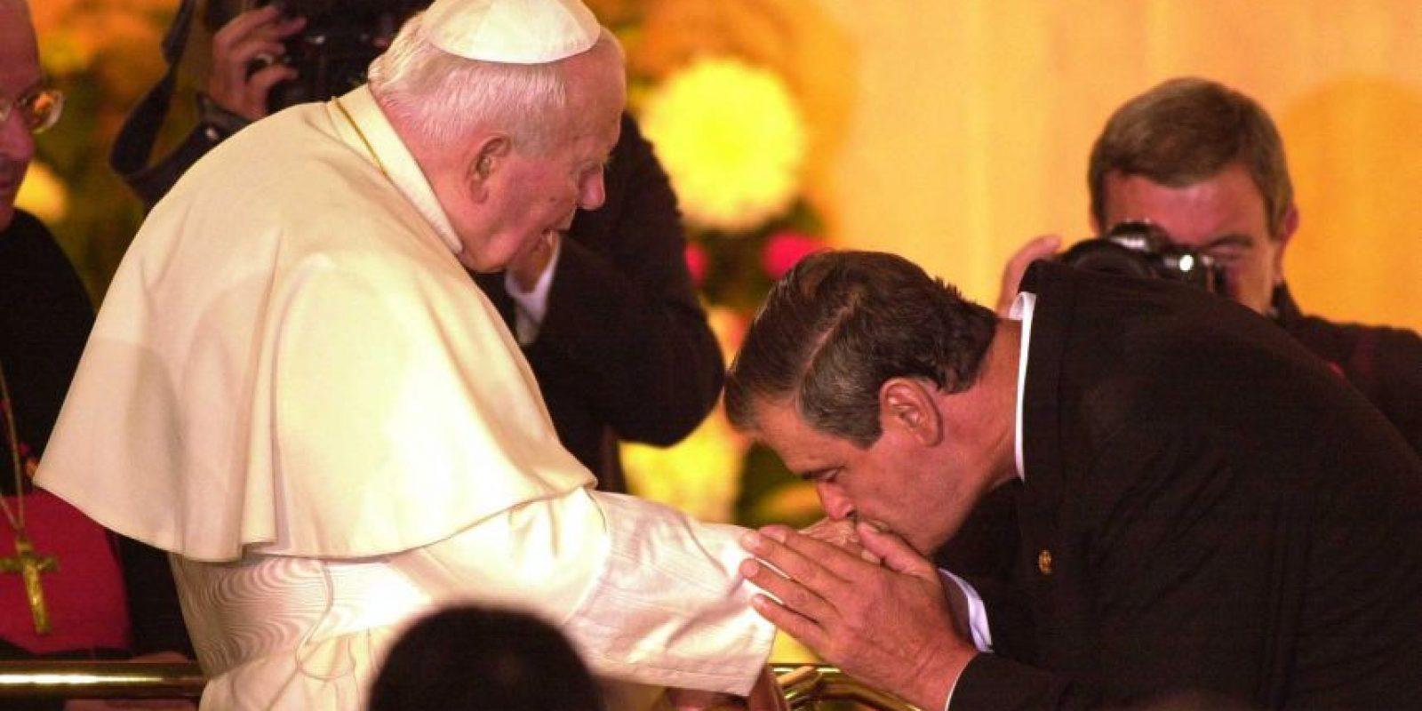 Vicente Fox besa la mano del fallecido Papa Juan Pablo II Foto:Cuartoscuro/Archivo
