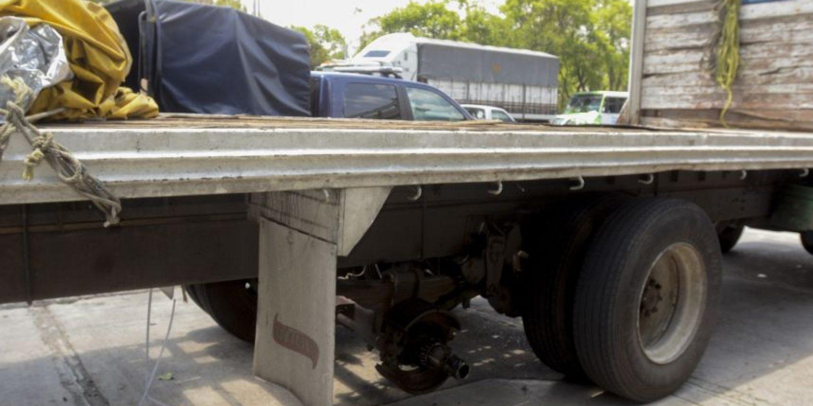 La llanta del vehículo de carga se salió e impactó a un vendedor ambulante Foto:Cuartoscuro