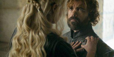 Cuando Dany nombra a Tyrion como Mano de la Reina, reconociéndole al enano su inteligencia. Ante este conmovedor momento, él solo se arrodilla voluntariamente, cosa que jamás hizo con Joffrey, su sobrino. Foto:HBO