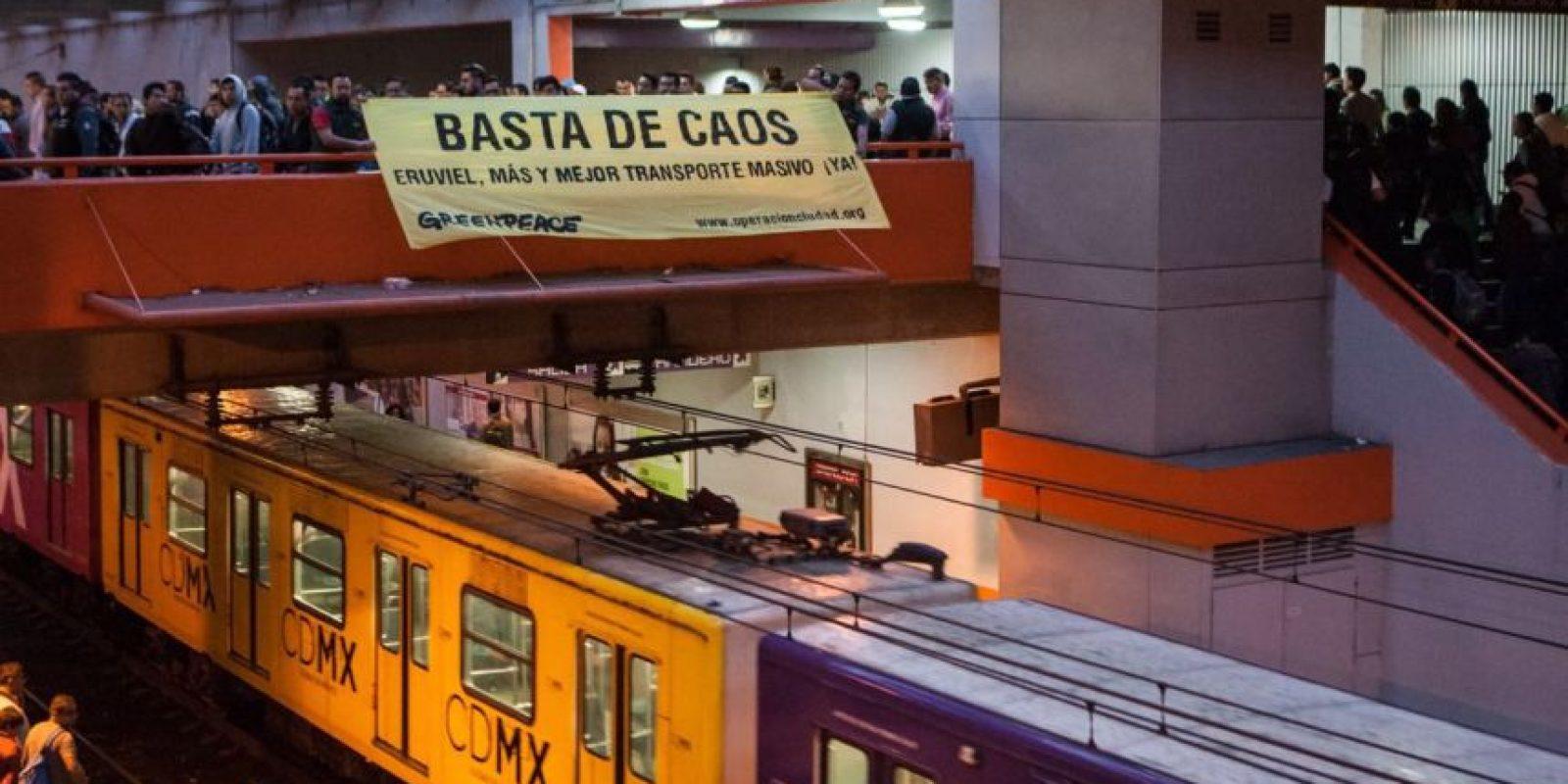 Greenpeace colocó una manta en la estación Pantitlán Foto:Especial