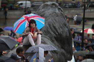 Aún así se reunieron algunos jóvenes en la plaza Trafalgar Square, en el centro de Londres Foto:Getty Images