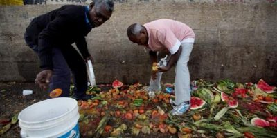En las últimas semanas se ha denunciado que las personas buscan comida en la basura Foto:AP