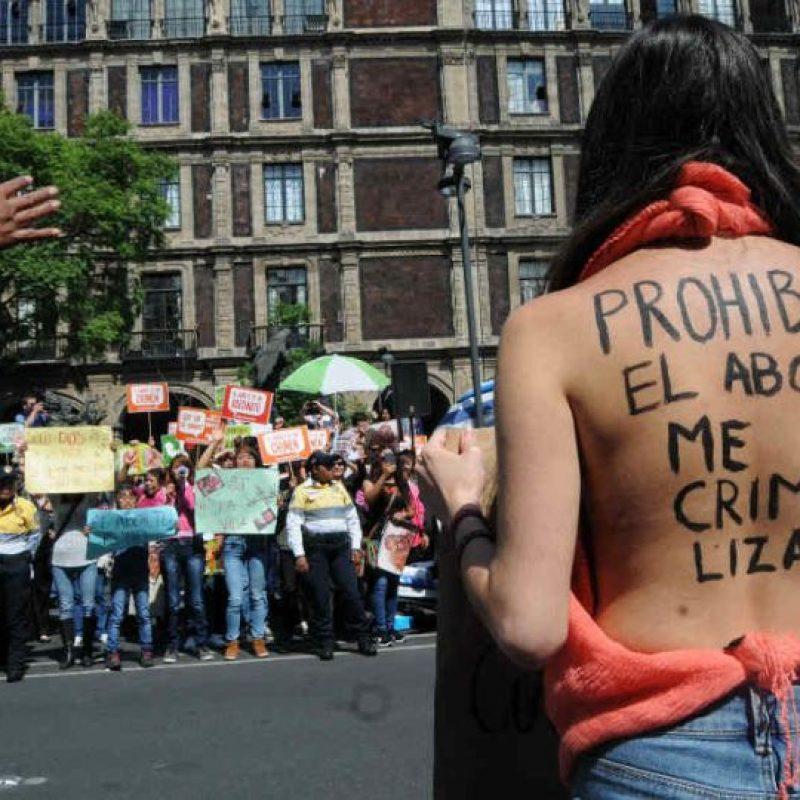 Dos grupos de manifestantes a favor y en contra del aborto se manifestaron afuera de la SCJN Foto:Cuartoscuro