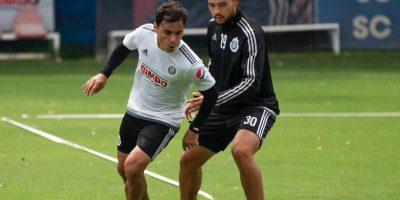 Omar Bravo y Michel Vázquez disputando una pelota en el entrenamiento Foto:Mexsport