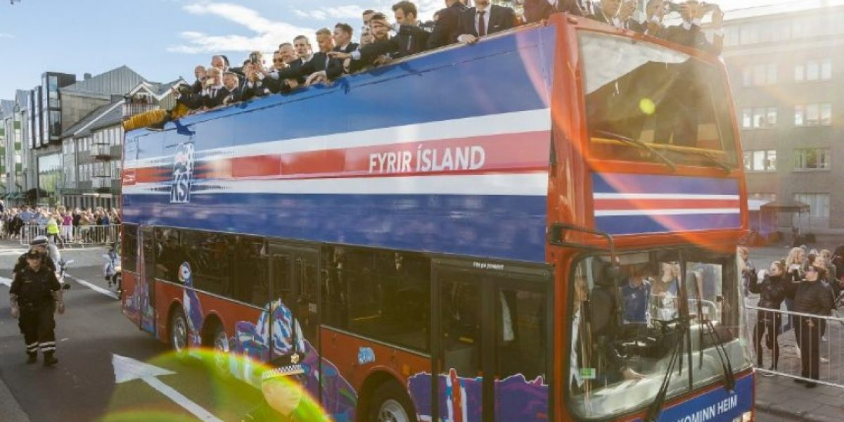 Seleccionados islandeses son recibidos como héroes por su afición