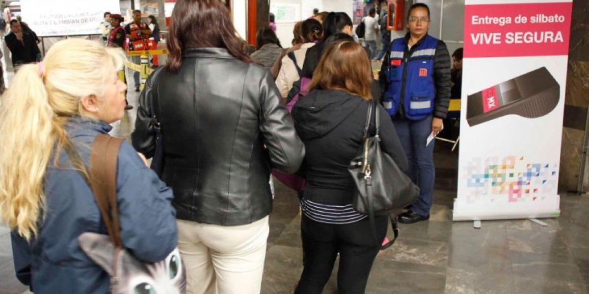 FOTOS: hacen largas filas en Metro por silbatos antiacoso