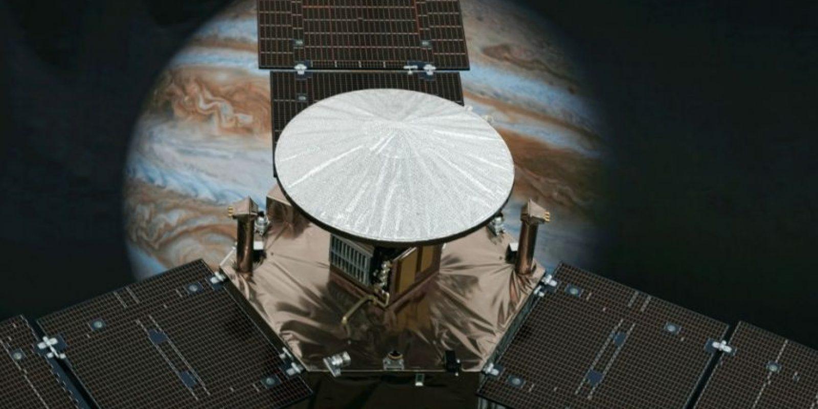 La NASA había enviado otras misiones -como la sonda Galileo- para estudiar Júpiter, Juno será la que más se acerque y hará historia al ser el primer artefacto que orbite los dos polos del planeta. Foto:AP
