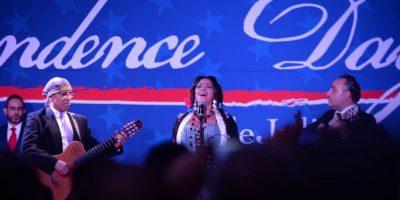 """Lila Downs interpretó el himno nacional. Por su parte, la embajadora dijo que """"Si alguien no logra ver las contribucionesde México en las corrientes de nuestra historia,es por desconocimiento"""". Foto:Especial"""