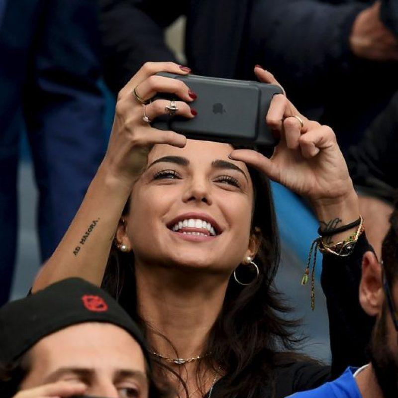La bella Chiara Biasi se lució en los estadios franceses siguiendo a Simone Zaza Foto:Getty Images